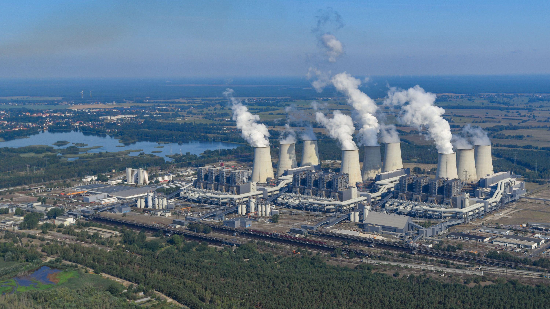Die dampfenden Kühltürme des Braunkohlekraftwerkes Jänschwalde der Lausitz Energie Bergbau AG (LEAG)