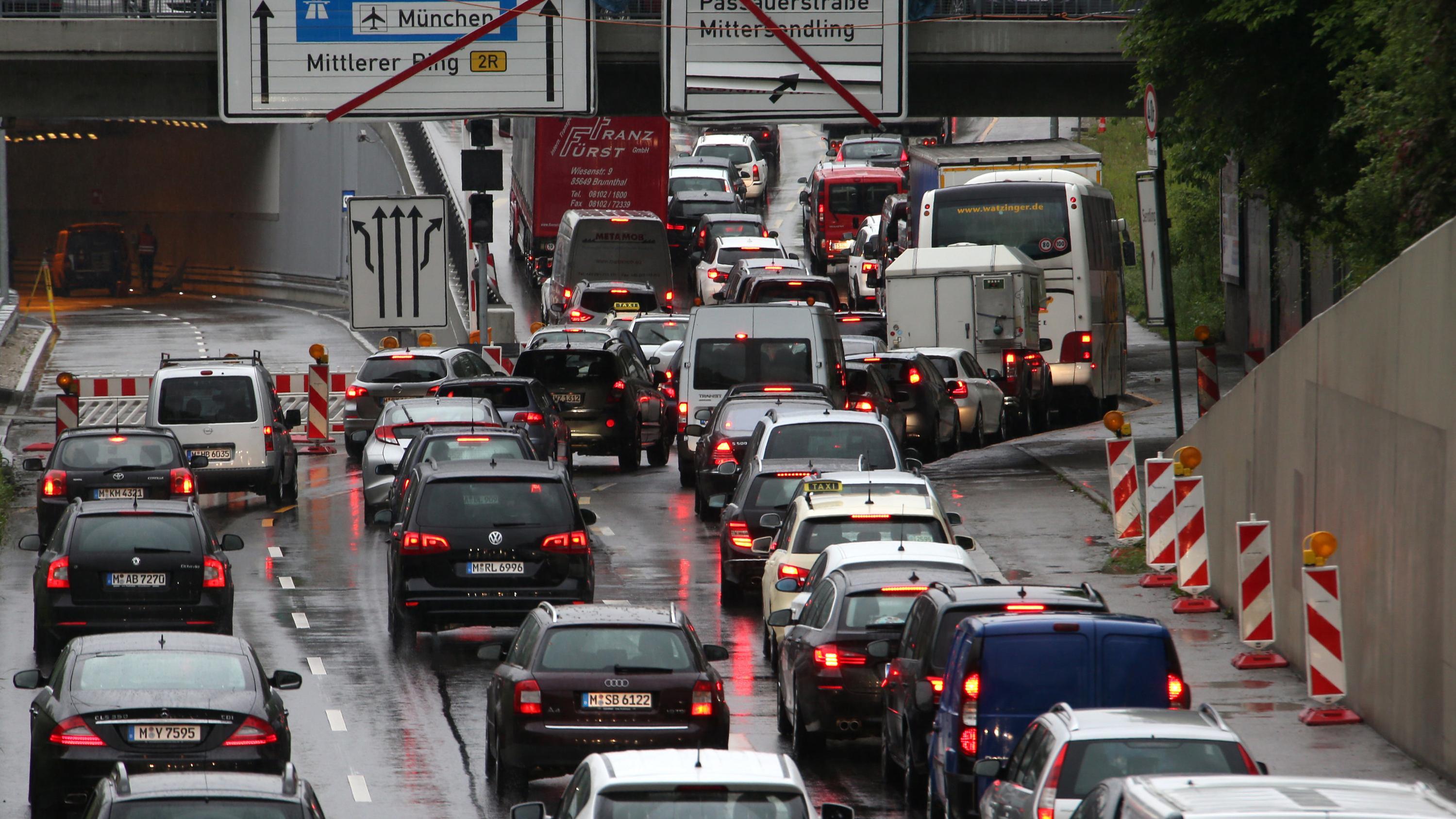 Autos stehen am Mittleren Ring in München im Stau