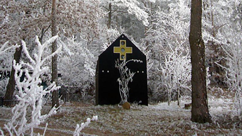 Die Asphaltkapelle wurde vor rund 15 Jahren von Wilhelm Koch nahe Etsdorf errichtet.