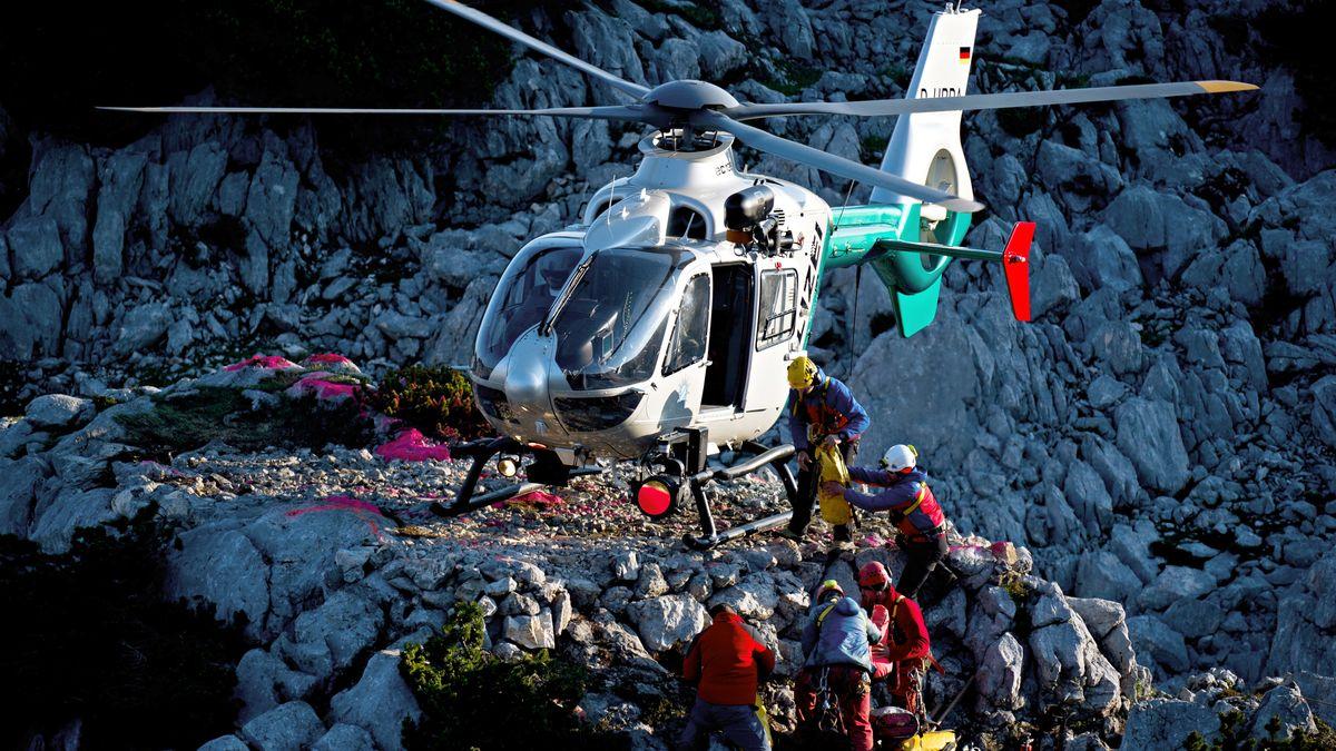Bergretter laden Ausrüstung in einen Hubschrauber