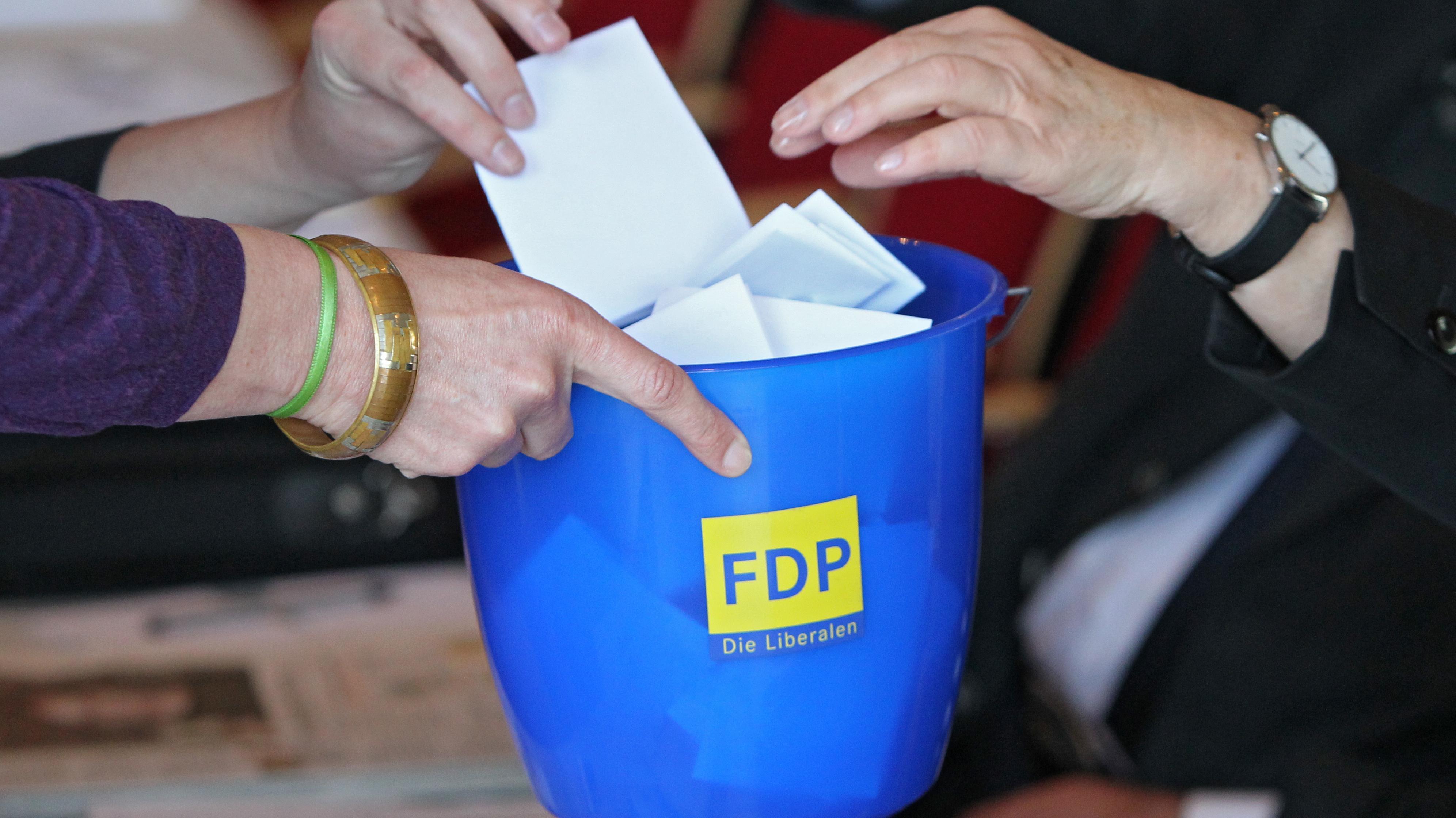 Parteitags-Delegierte geben am Sonntag (10.04.2011) während des Landesparteitags der FDP in Amberg (Oberpfalz) ihre Stimme zur Wahl des Landesvorstands ab.