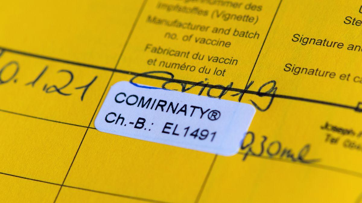 Impfpass mit einer eingetragenen Impfung gegen das Corona-Virus SARS-CoV-2, aufgenommen am 10.01.2021.