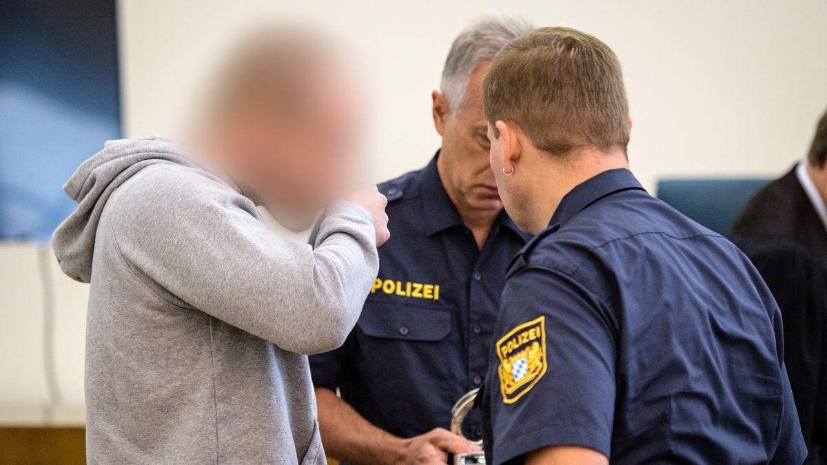Dominik R. im August 2017 mit Polizisten vor dem Prozessauftakt im Landgericht in Passau