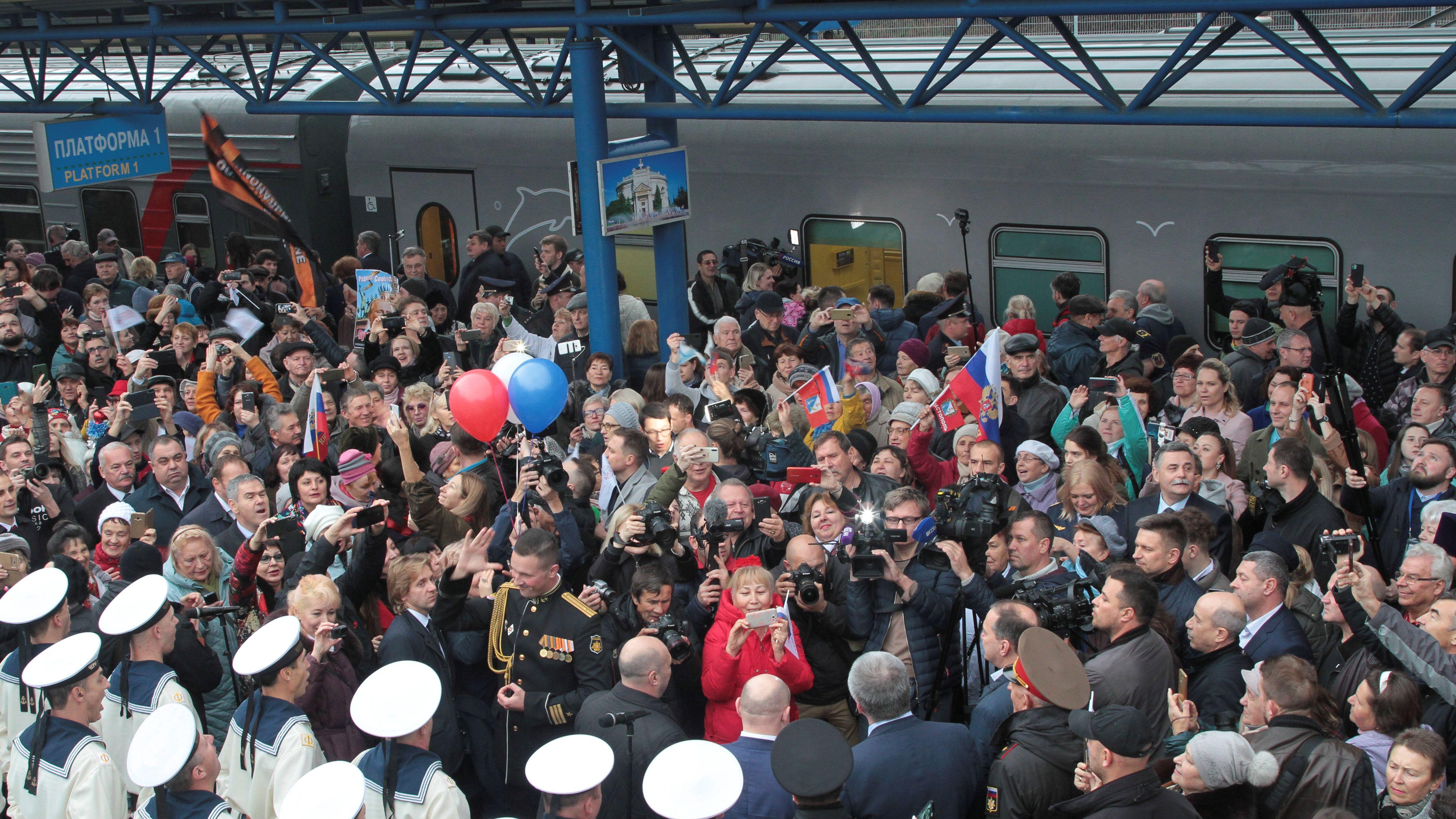 Begrüßungszeremonie nach der ersten regulären Fahrt eines Zuges von St. Petersburg über die umstrittene Krim-Brücke.