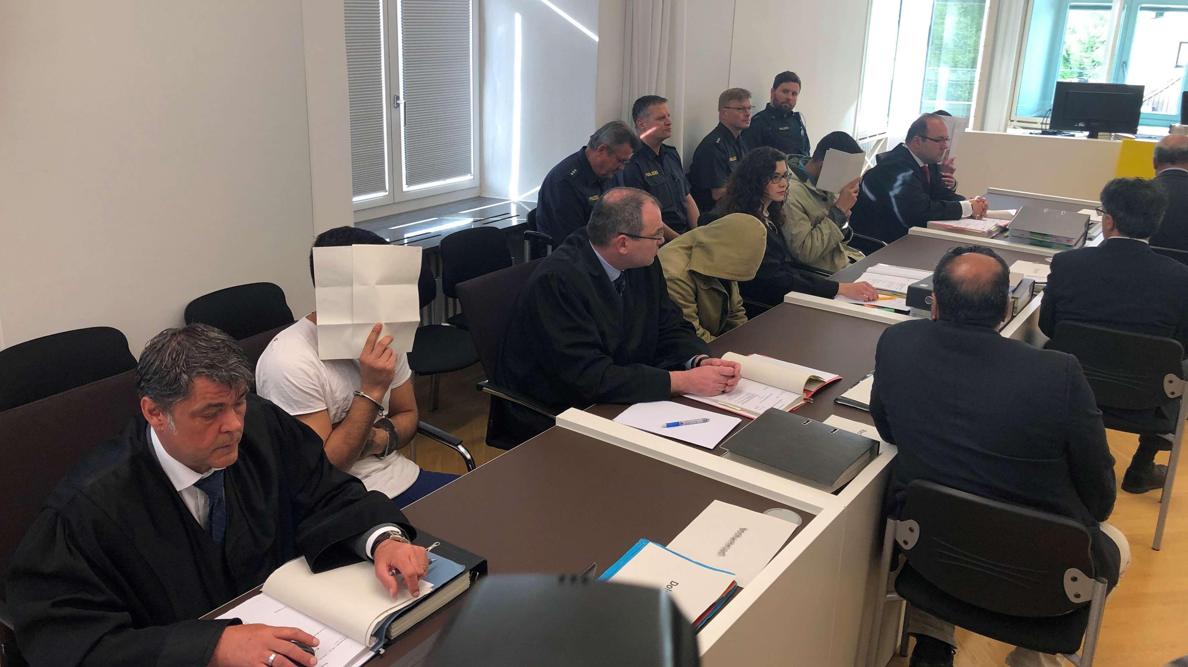 Die vier Männer müssen sich vor dem Amtsgericht Amberg verantworten.