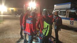 Mehrere Rettungskräfte von Berg- und Wasserwacht stehen in der Nacht um eine Trage mit einem Verletzten | Bild:BRK BGL