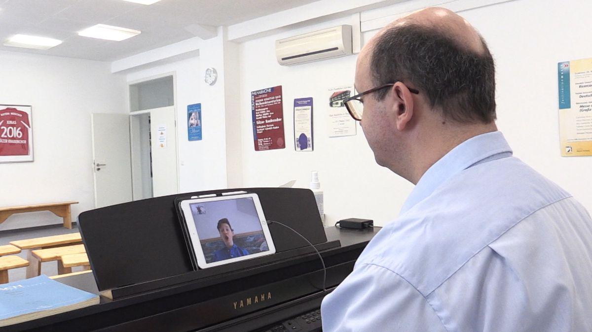 Der Chorleiter des Tölzer Knabenchores, Christian Fliegner, am Klavier