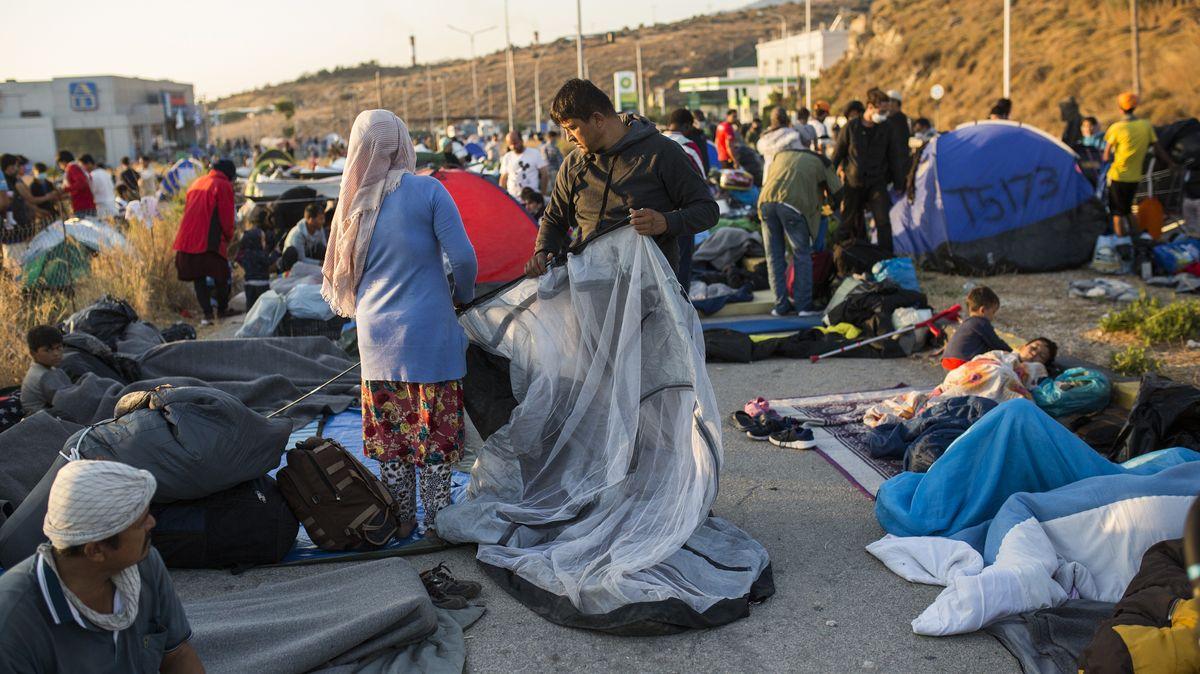 11.09.2020, Griechenland, Moria: Ein Mann baut ein Zelt am Rande einer Straße in der Nähe des ausgebrannten Flüchtlingslagers Moria.