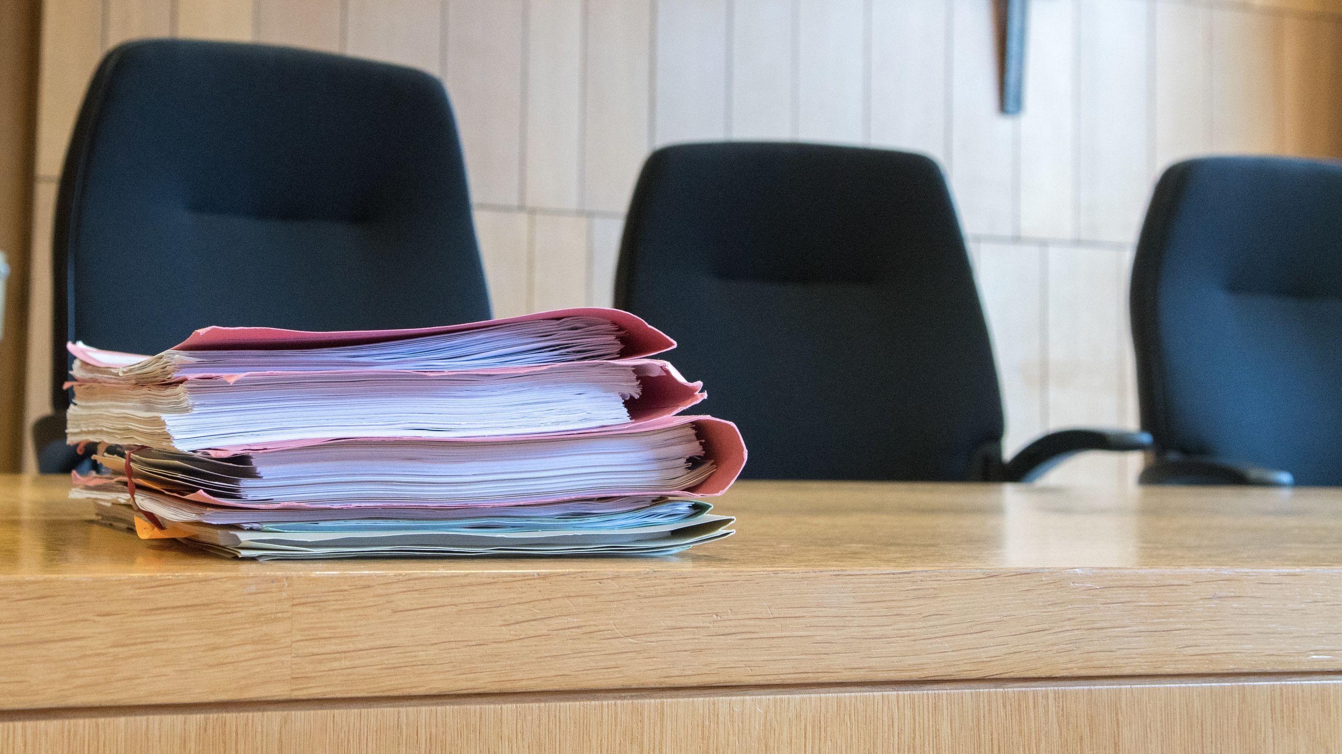 Akten und leere Richterstühle