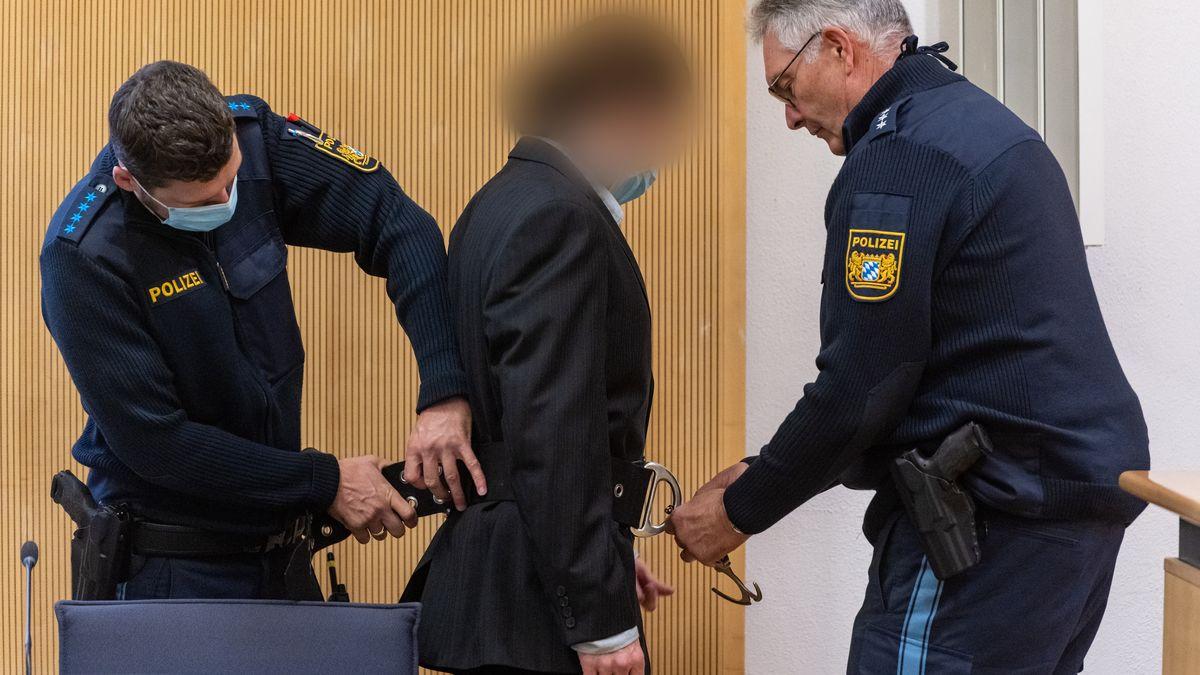 Der Angeklagte wird in den Gerichtssaal gebracht. Er muss sich wegen des Vorwurfs des Mordes an seiner Verlobten Maria Baumer verantworten.