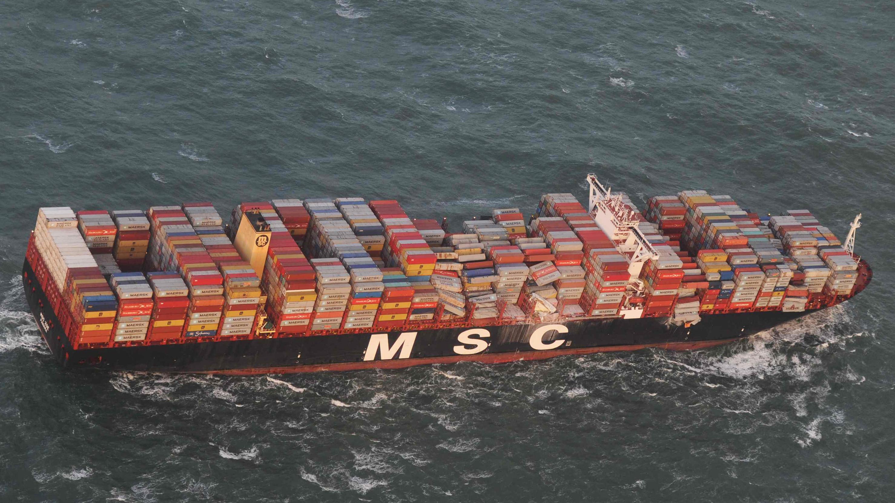 Blick auf Containerfrachter mit verschobener Ladung
