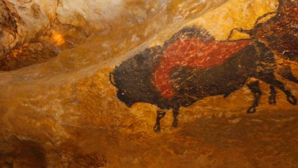 Ein Stier aus der Steinzeit: Nachbildung einer Höhlenmalerei von Lascaux.