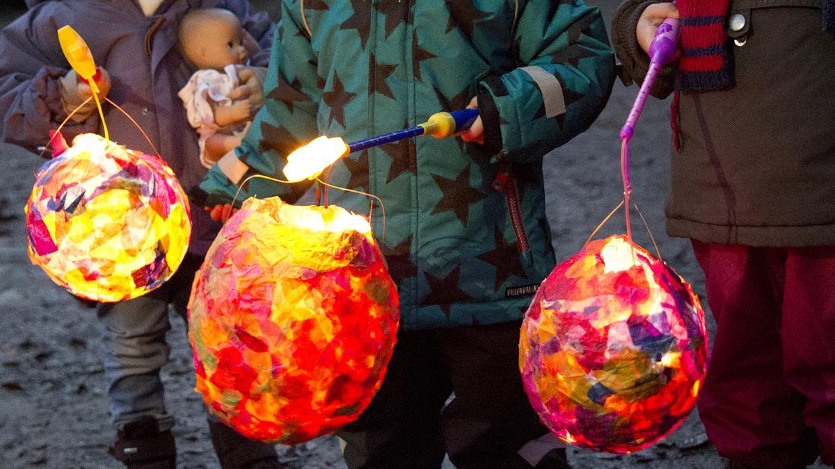 Kinder mit selbstgebastelten Lampions - in denen LED-Lichter statt Kerzen verwendet werden. Die Knopfzellen in den Lichtern sind gefährlich.