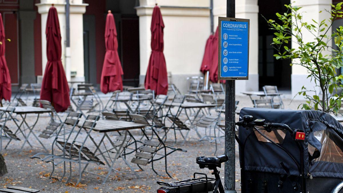 Leere Stühle und Lastenfahrrad