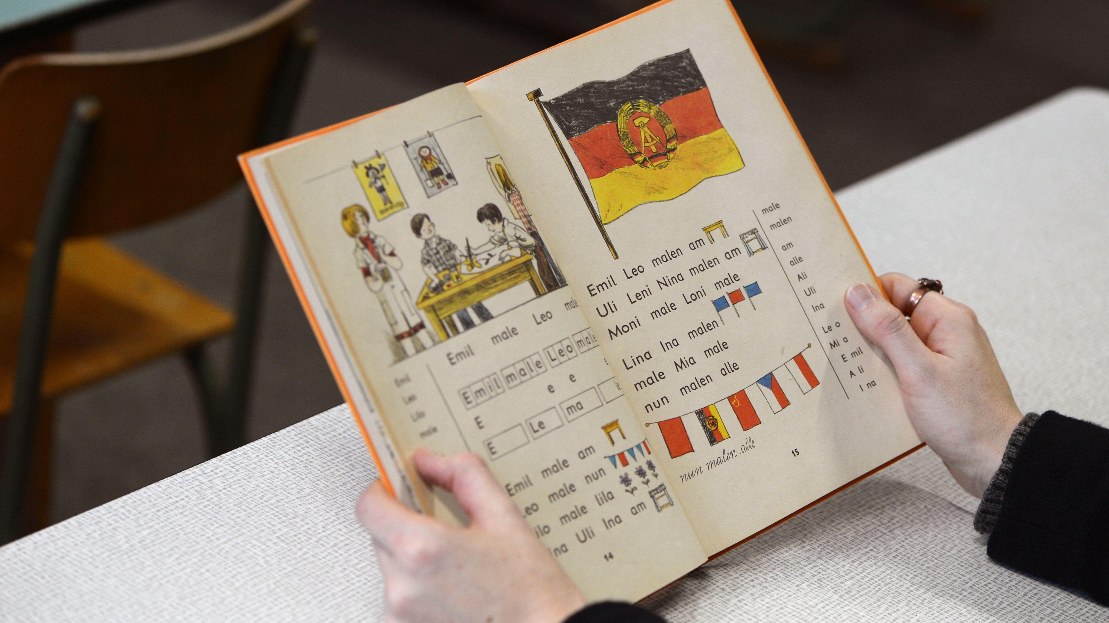 DDR-Fibel  (ausgestellt im Schulmuseum Pirna)