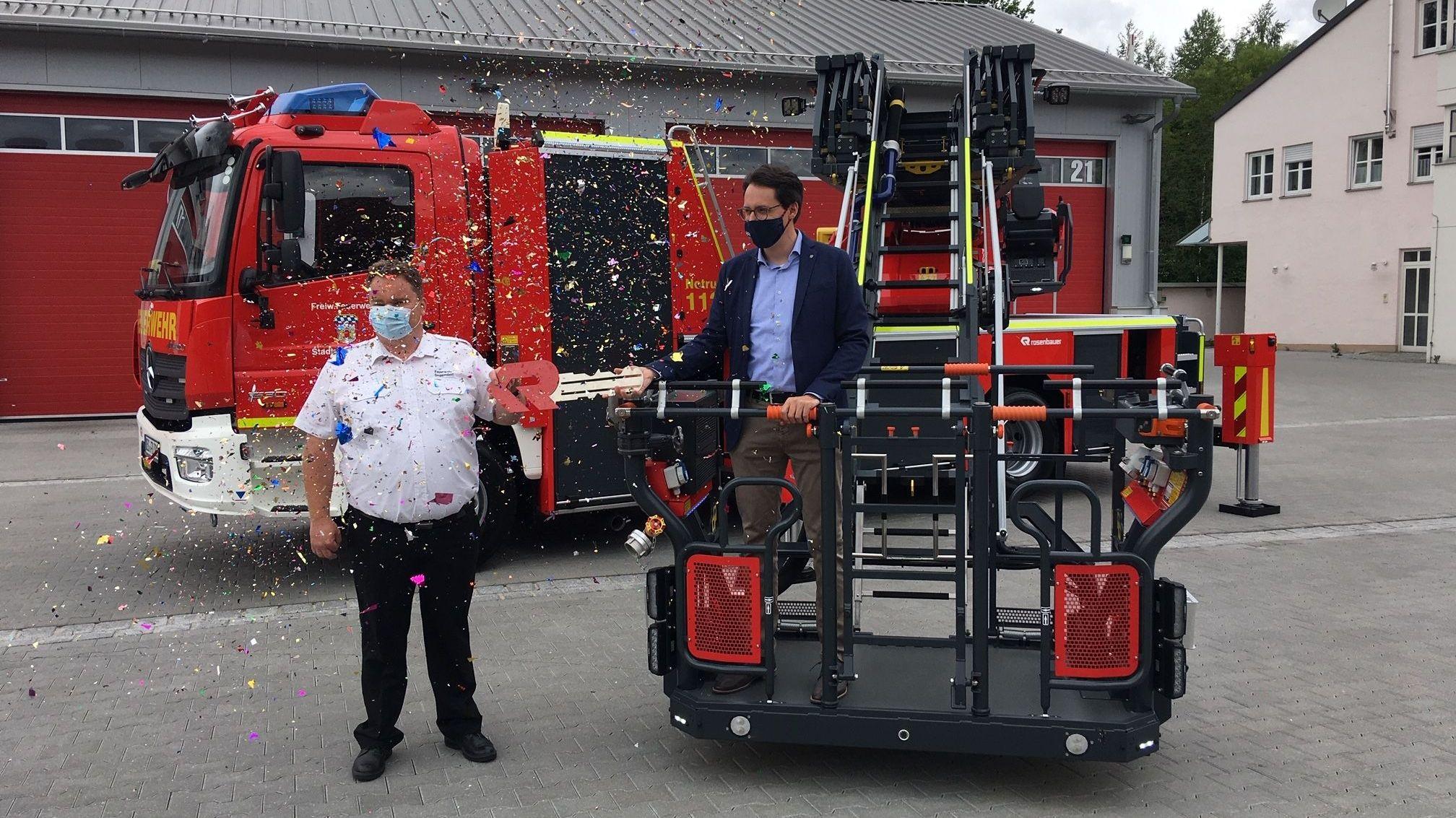Konfettiregen für die neue 700.000 Euro teure Drehleiter der Freiwilligen Feuerwehr Deggendorf