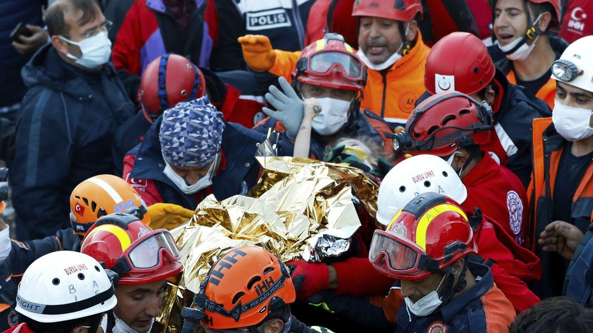 Rettungskräfte bergen Mädchen aus den Trümmern eines Wohnhauses