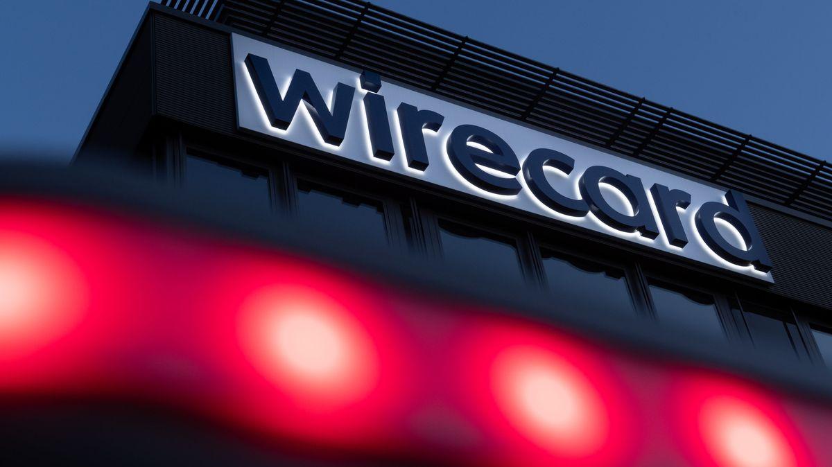Unter dem Firmennamen Wirecard an der Fassade der Zentrale leuchten rote Lampen.