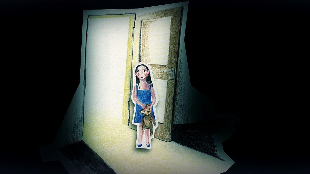 Ein trauriges Kind steht vor einer geöffneten Zimmertür und hält einen Teddy in den Händen (Illustration)