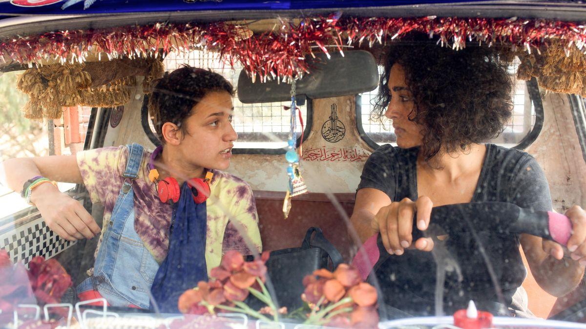 """Filmszene """"Auf der Couch in Tunis"""": Die Psychotherapeutin und ein junger Mann in einem bunt geschmückten Auto"""