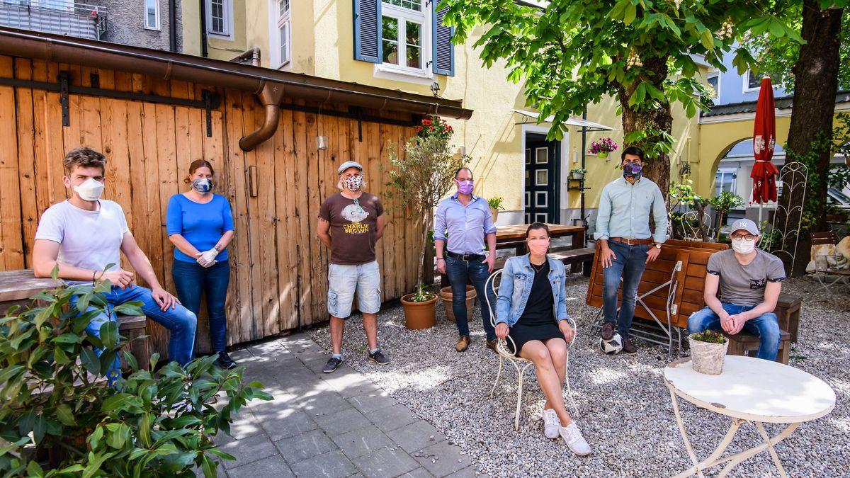 Team eines Rosenheimer Restaurants und freiwillige Helfer, die im April bis zu 2.000 freie Essen täglich  ausgaben