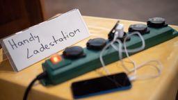 Handy-Ladestation   Bild:Picture Alliance