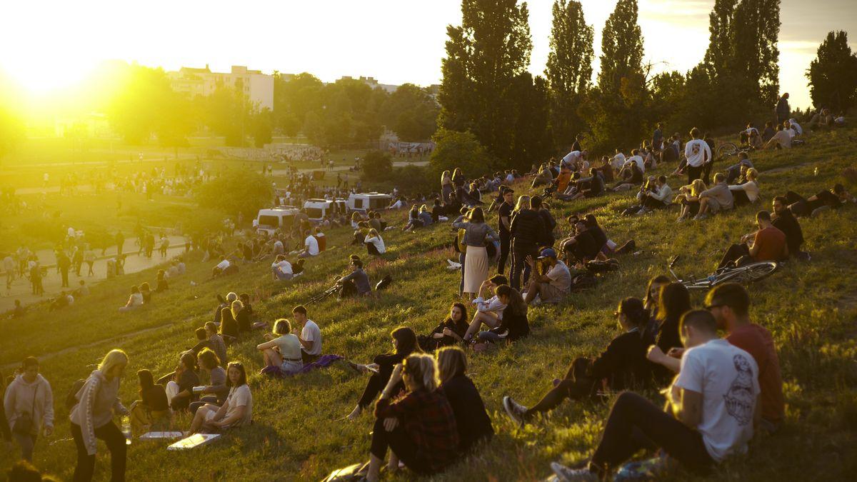 Jugendliche im Mauerpark in Berlin im Juni 2020