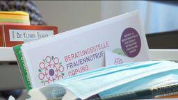 Auf einem Tisch liegt Informationsmaterial unter anderem mit der Aufschrift: Beratungsstelle Frauennotruf Coburg.  | Bild:BR