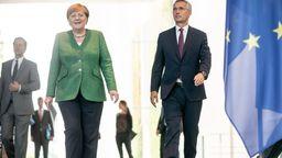 Letzter Gang: Bundeskanzlerin Merkel mit NATO-Generalsekretär Stoltenberg | Bild:picture alliance/dpa/dpa-pool | Michael Kappeler