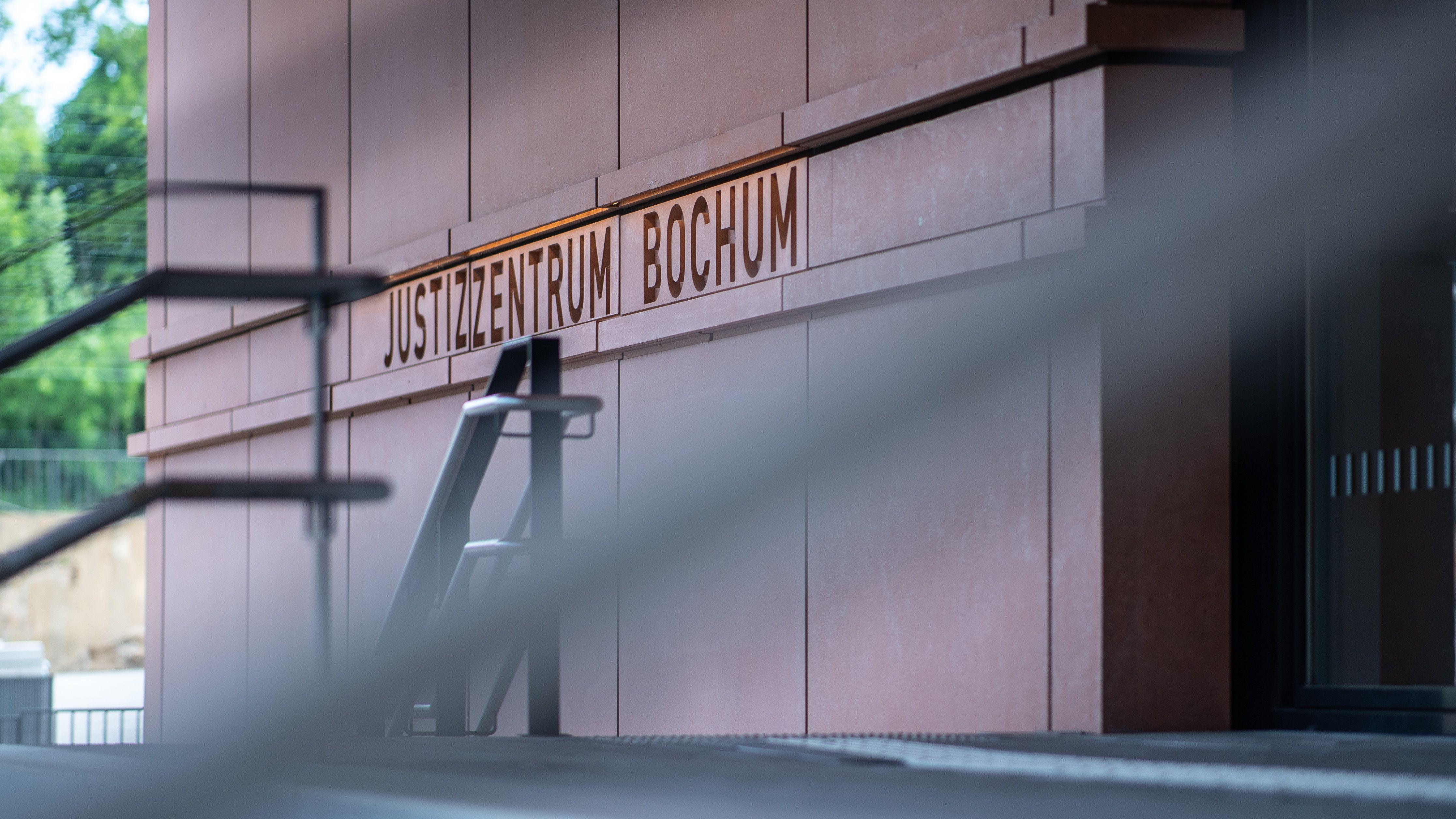 """Bochum: An der Treppe stehen beim Landgericht die Wörter: """"Justizzentrum Bochum"""" in Stein gemeißelt"""