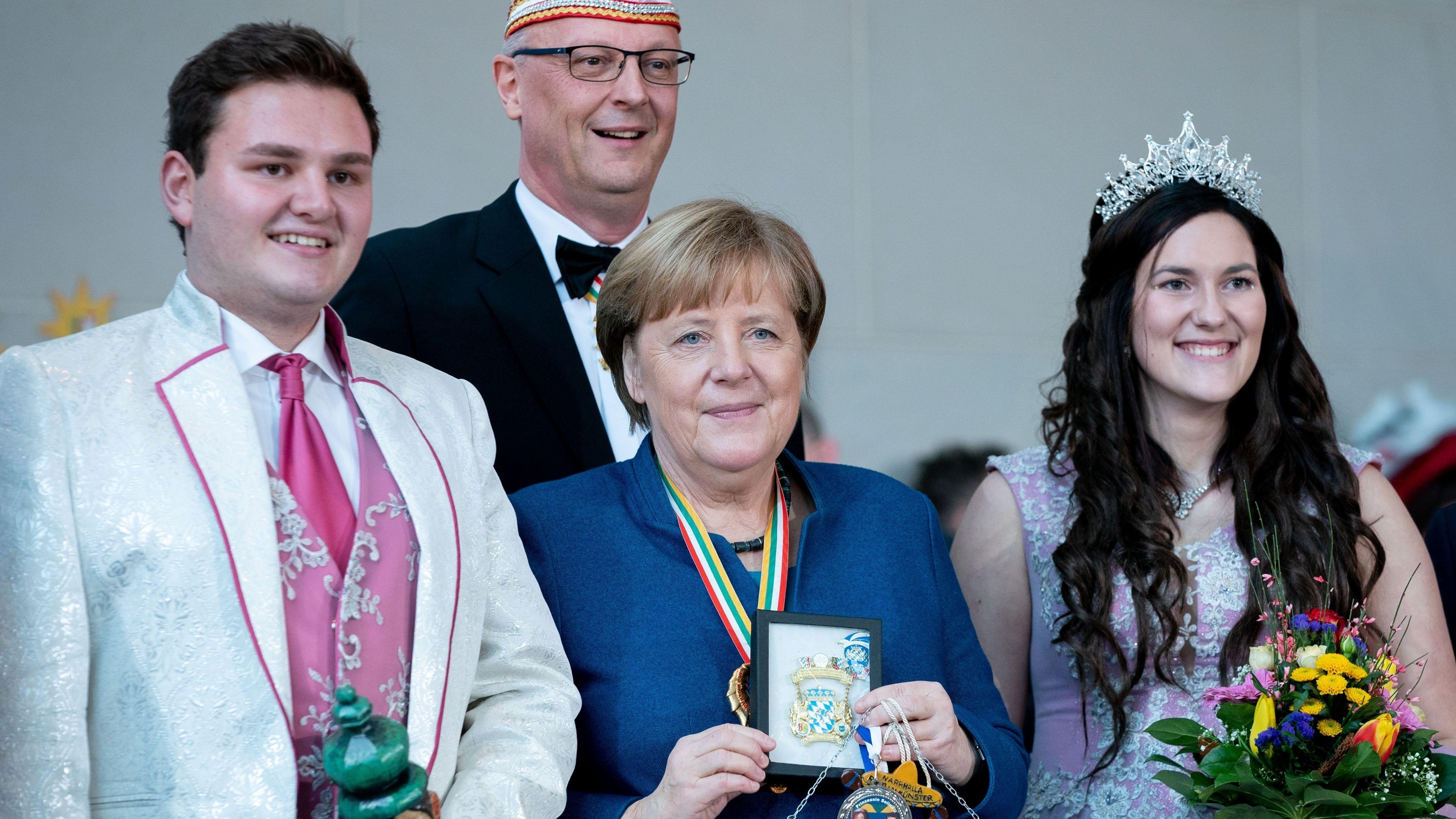 Angela Merkel mit Prinzessin Amelie l. und Prinz Daniel I. Narrhalla Rotthalmünster und Klaus-Ludwig Fess, Präsident Bundes Deutscher Karneval