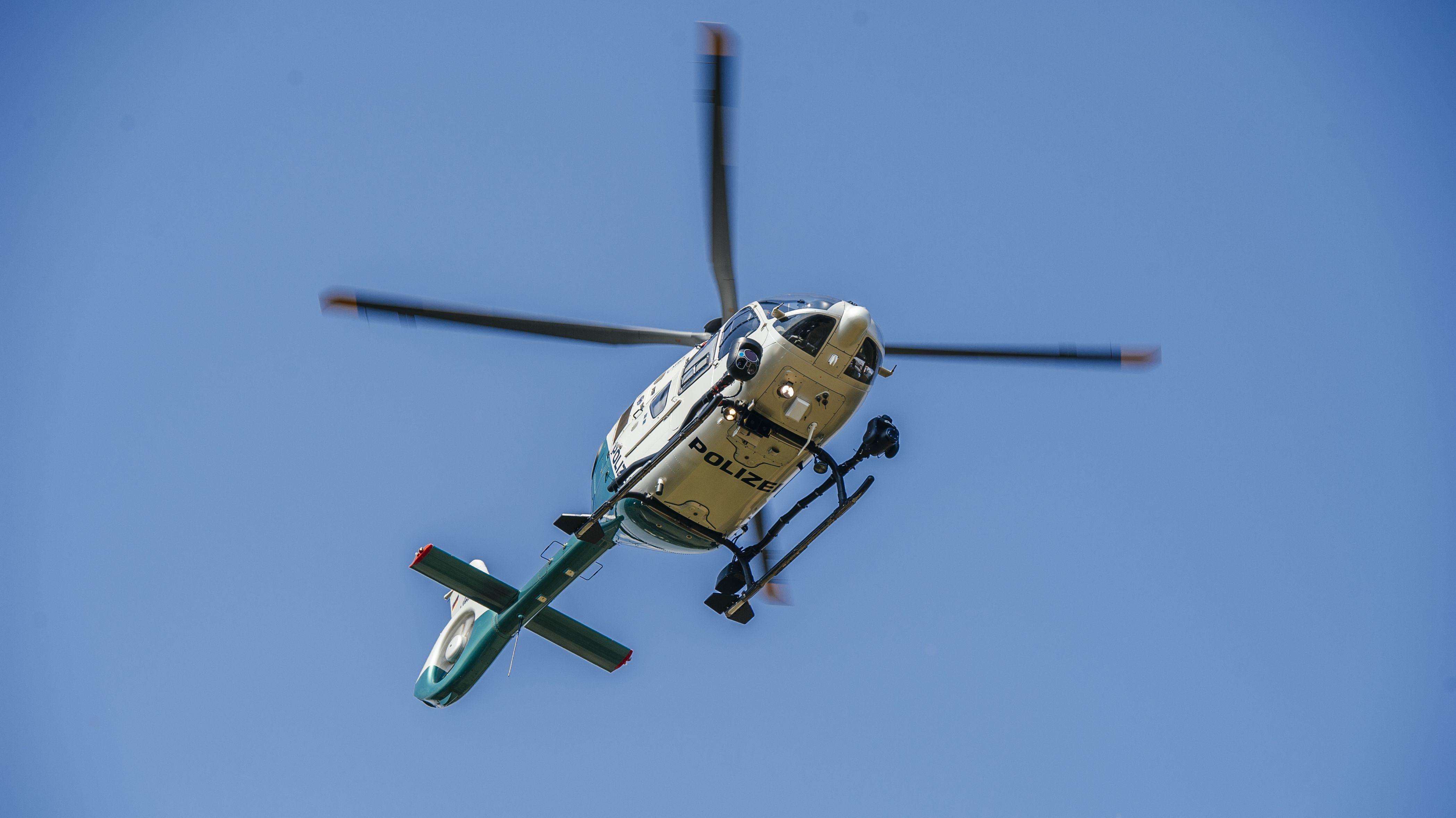 Ein Polizeihubschrauber in der Luft.