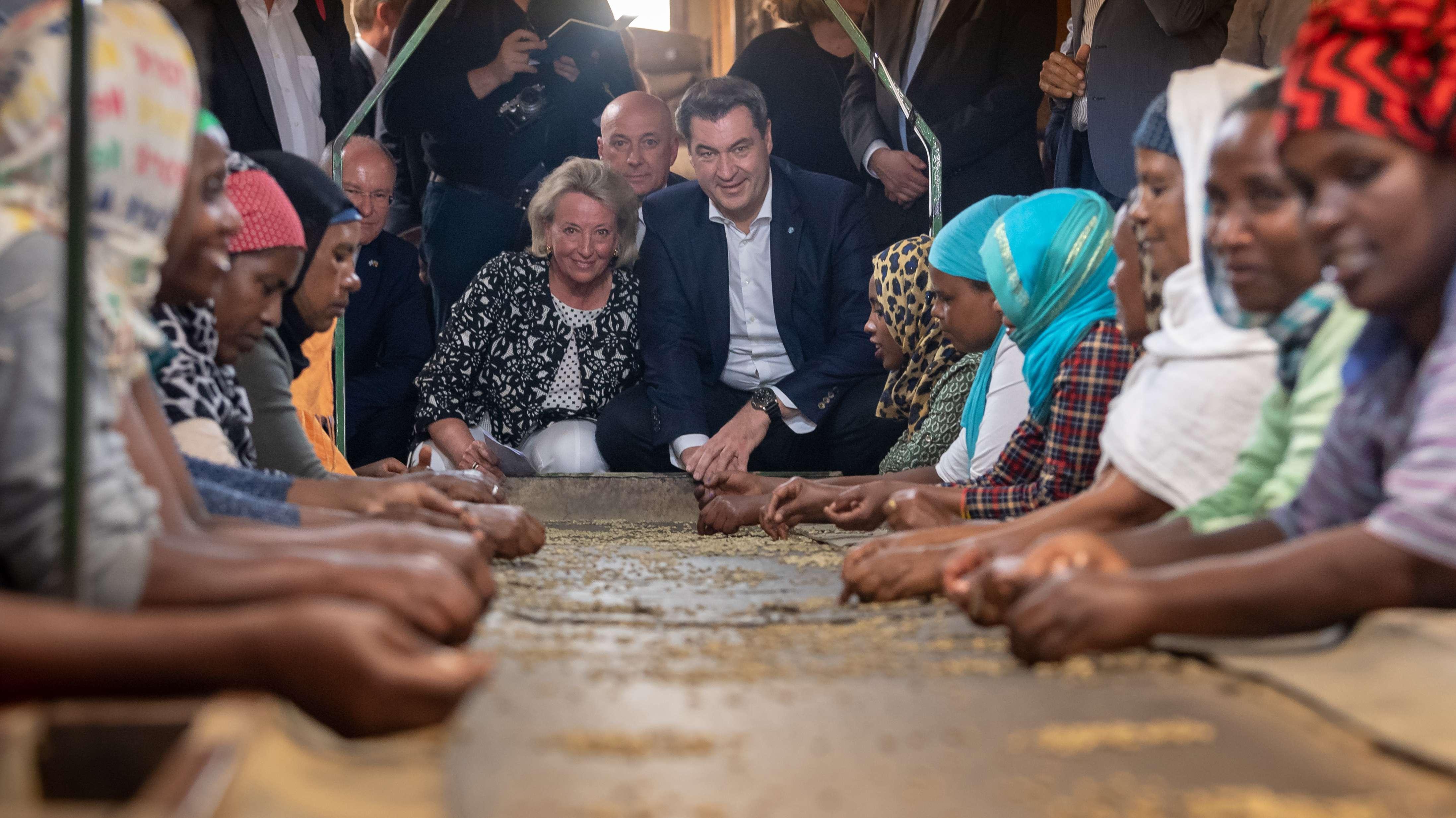 """Ministerpräsident Markus Söder (CSU) besucht in Addis Abeba die """"Bagersh Coffee Factory"""""""