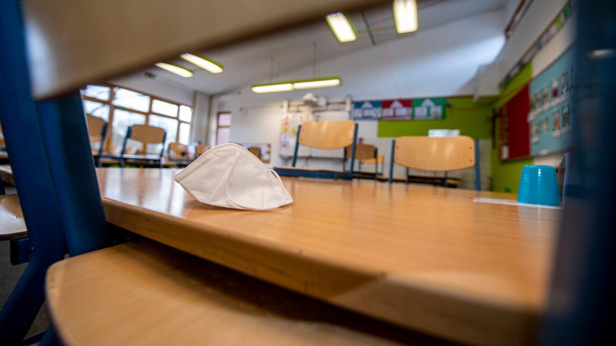 Maske auf einem Tisch in einem Klassenzimmer