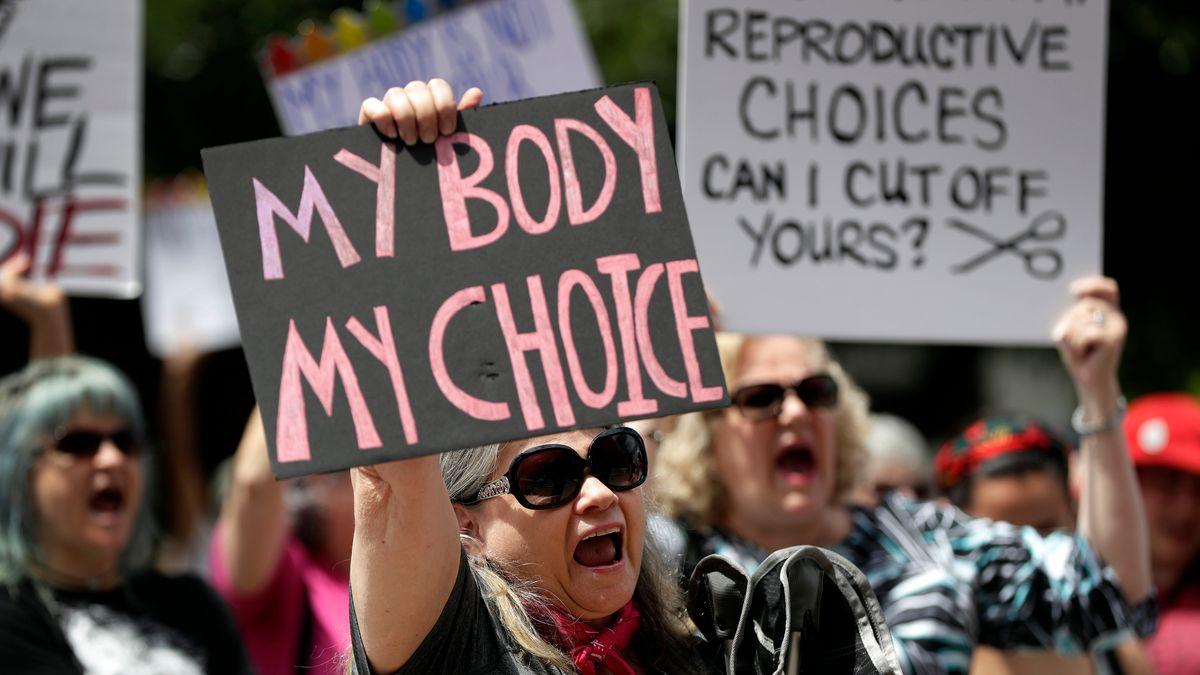 Frauen halten Plakate hoch