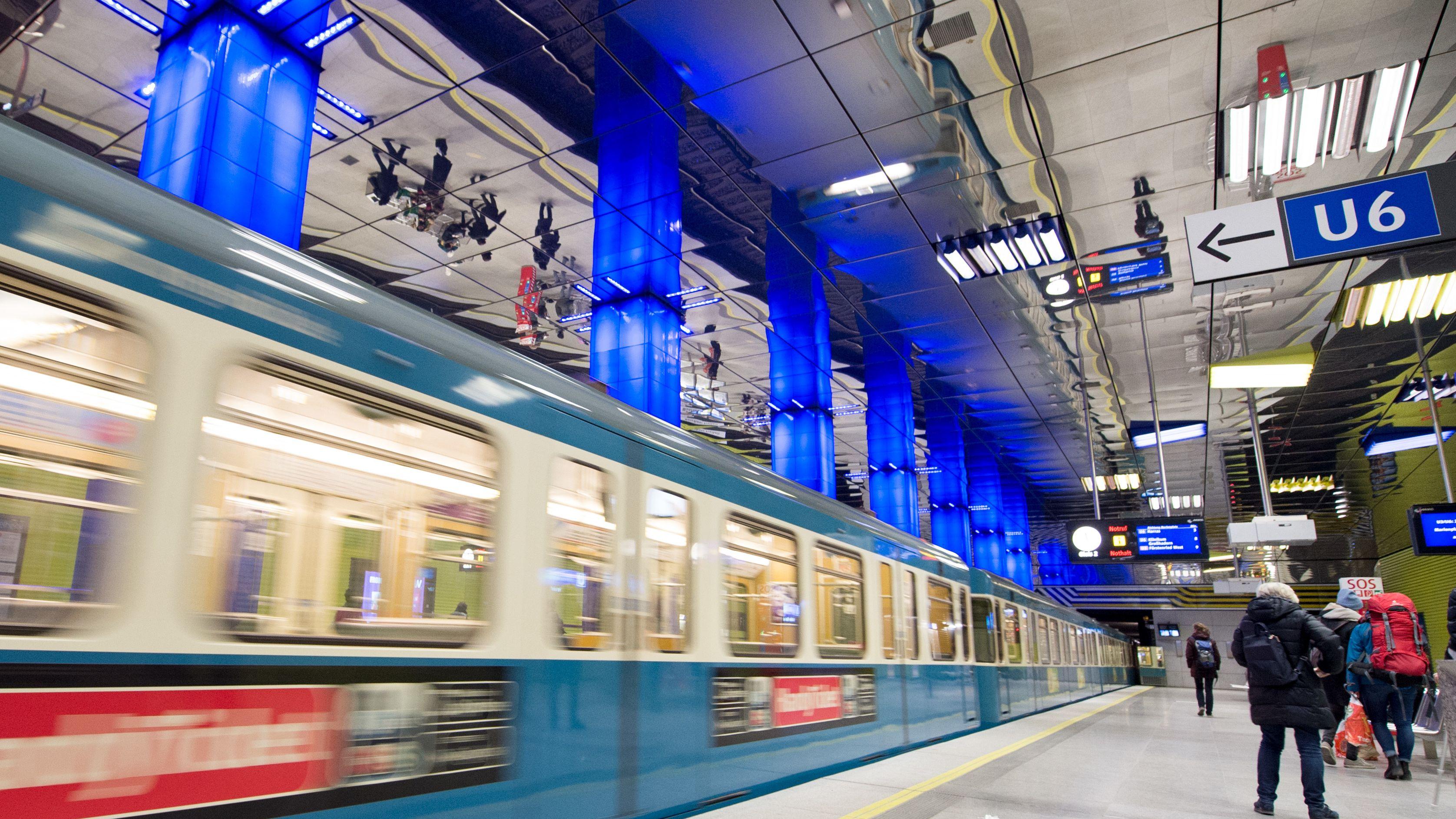 Ein Zug der U6 fährt an der Münchner Freiheit ein