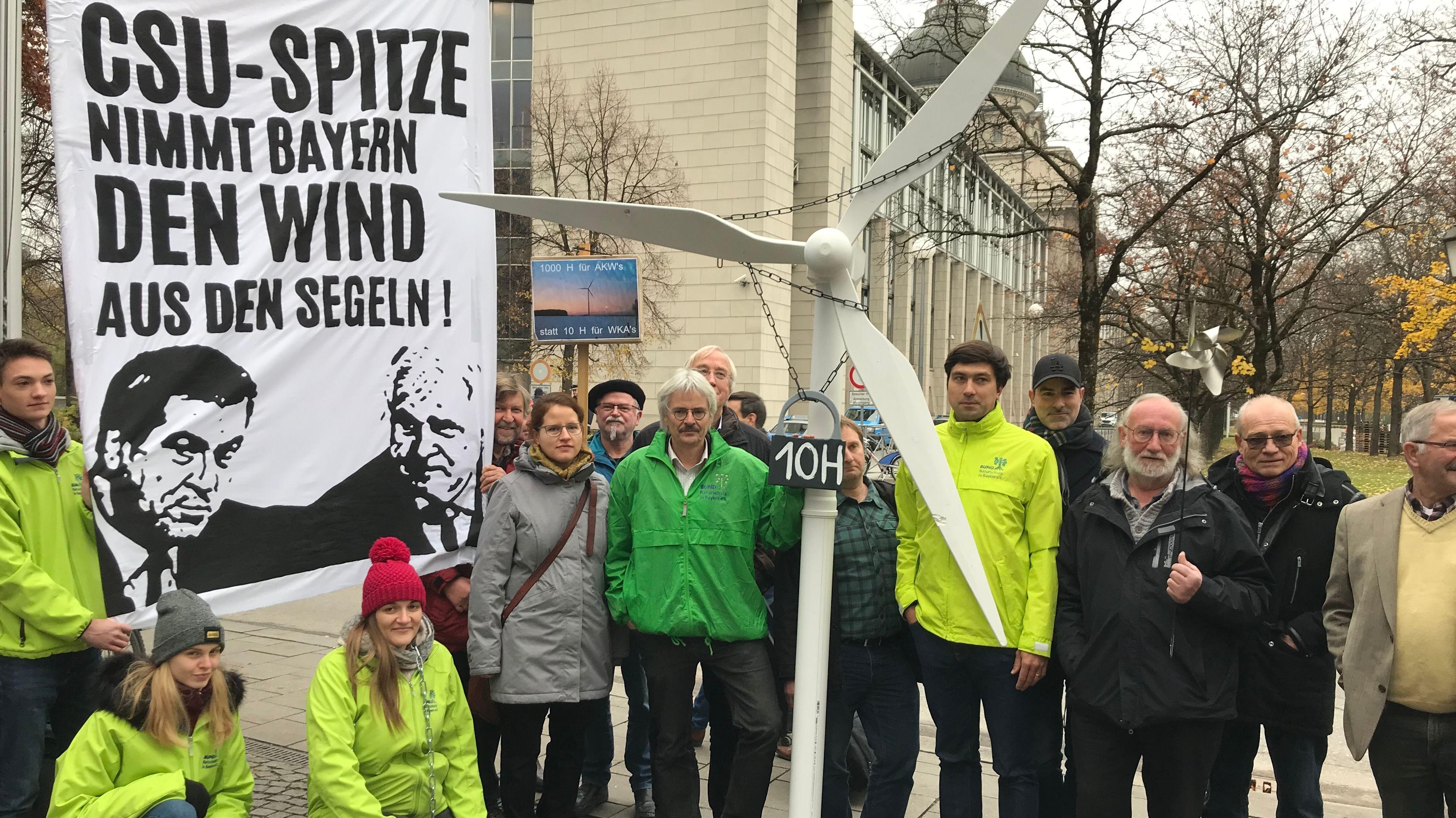 """Demonstration vor der Staatskanzlei unter dem Titel """"Windkraft in Ketten"""" gegen die 10-H-Abstandsregel"""