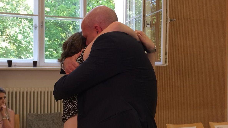OB Joachim Wolbergs umarmt nach dem Urteil seine Tochter im Gerichtssaal