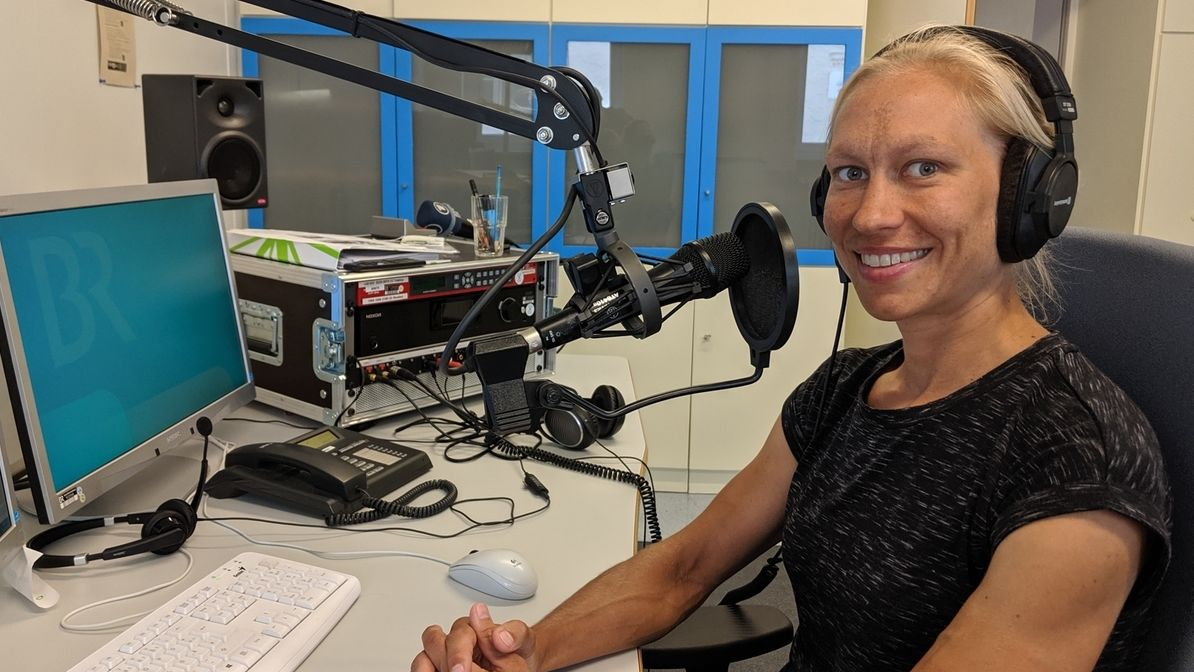 Mareile Hertl sitzt im BR-Studio Kempten