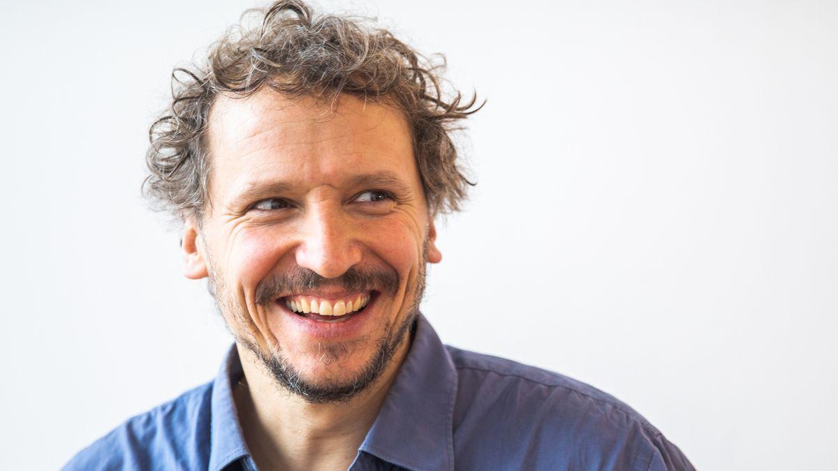 Regisseur Marcus H. Rosenmüller blickt lachend aus dem Bild heraus