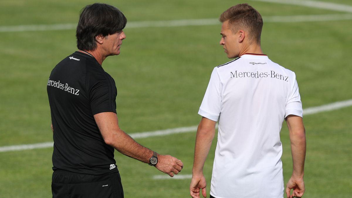 Training Fußball-Nationalmannschaft: Bundestrainer Joachim Löw mit Joshua Kimmich.