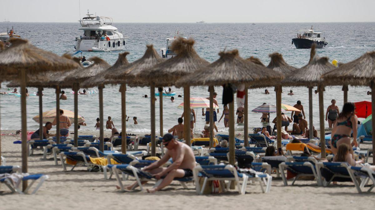 Touristen am Strand von Paguera in Spanien.