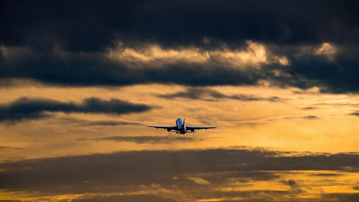 Ein Flugzeug startet vom Flughafen Hamburg (Symbolbild)