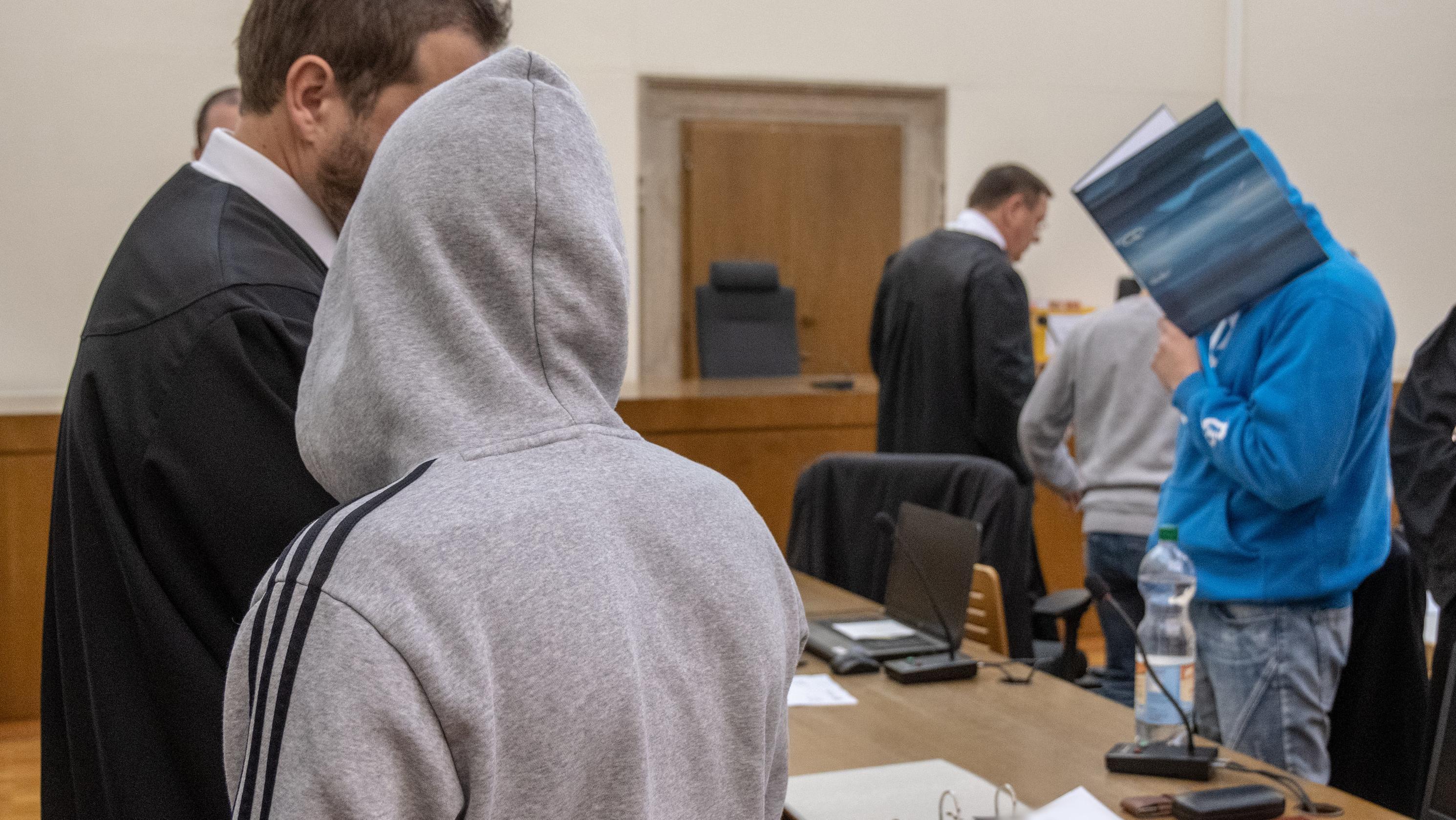 Die Angeklagten im Verhandlungssaal am Landgericht Passau