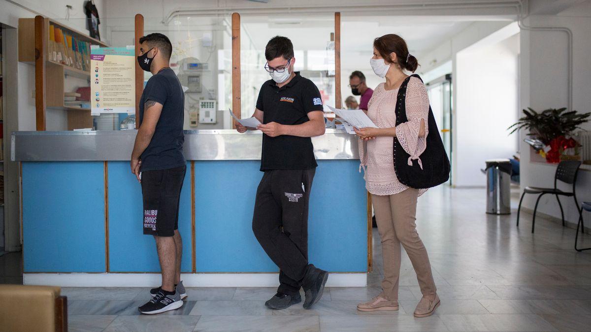 Junge Griechen beim Impfen auf der Insel Milos
