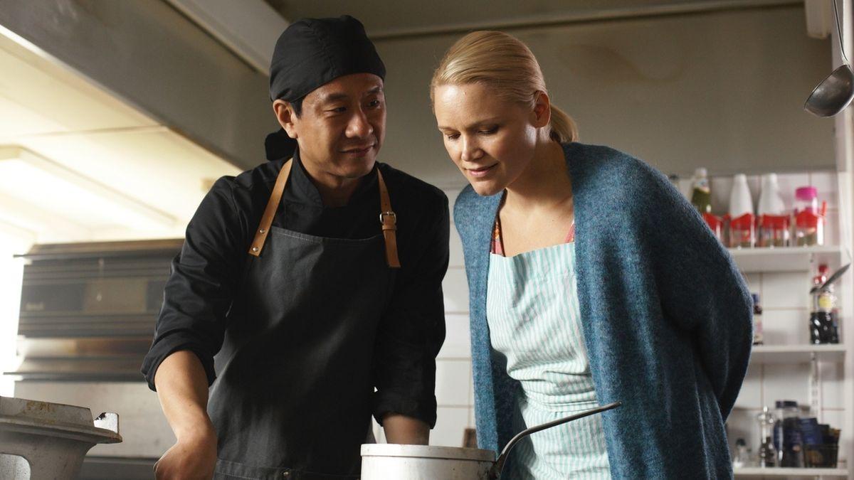 """Master Cheng bekocht die Finnen, Filmszene aus """"Master Cheng in Pohjanjoki""""."""