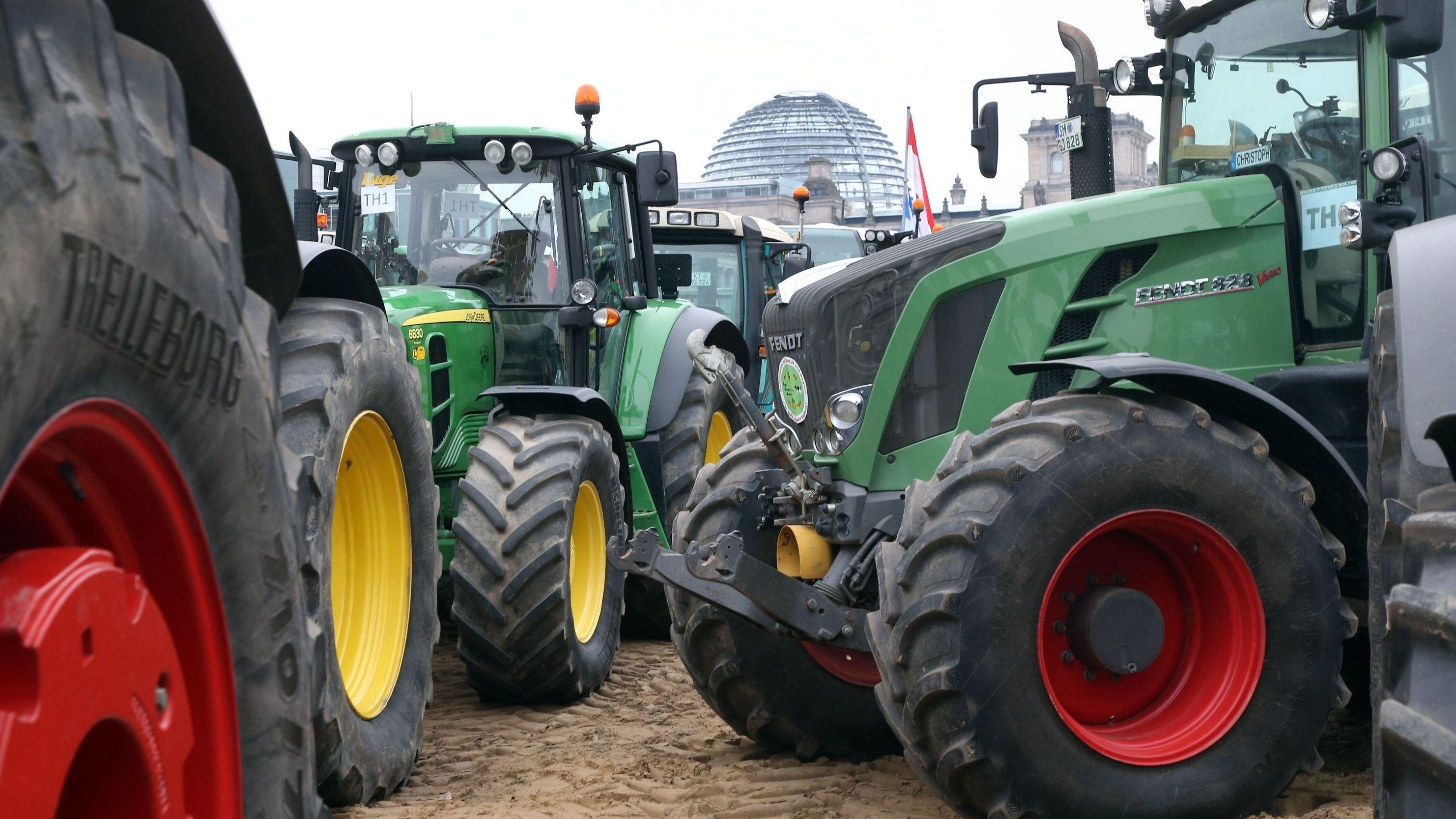 Mehrere Traktoren stehen vor der Reichstag in Berlin