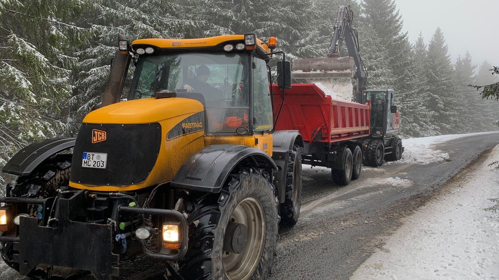 Mit schwerem Gerät wird der Schnee für Jakob aus der Umgebung geholt.
