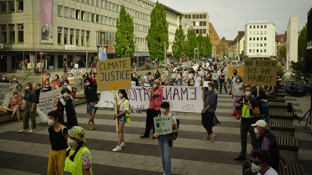 Rund 300 Klimaaktivisten demonstrierten in Nürnberg.