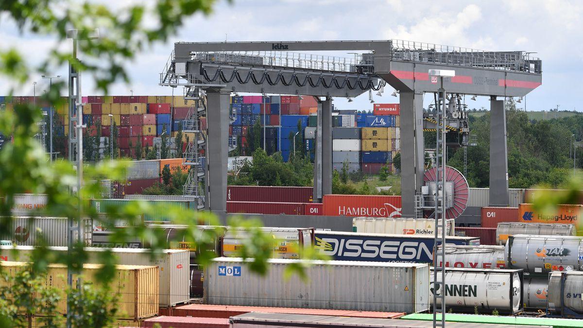 Blick auf die Deutsche Umschlaggesellschaft Schiene - Strasse (DUSS) mbH München Riem